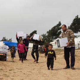Livraison de nourriture aux réfugiés du camp de Duweil
