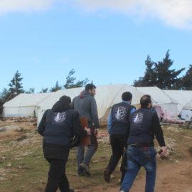 Установка палаток в лагере сирийских беженцев